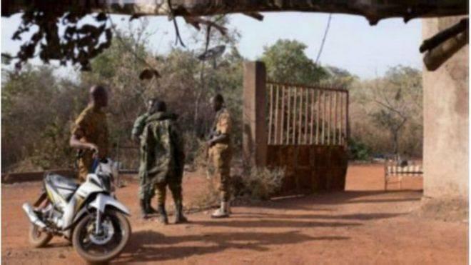 Deux commissariats attaqués dans le nord du Burkina Faso