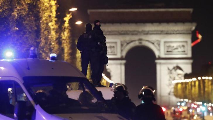 """Fusillade sur les Champs-Elysées à Paris : """"Nous sommes convaincus"""" que la piste """"est d'ordre terroriste"""", déclare Hollande."""