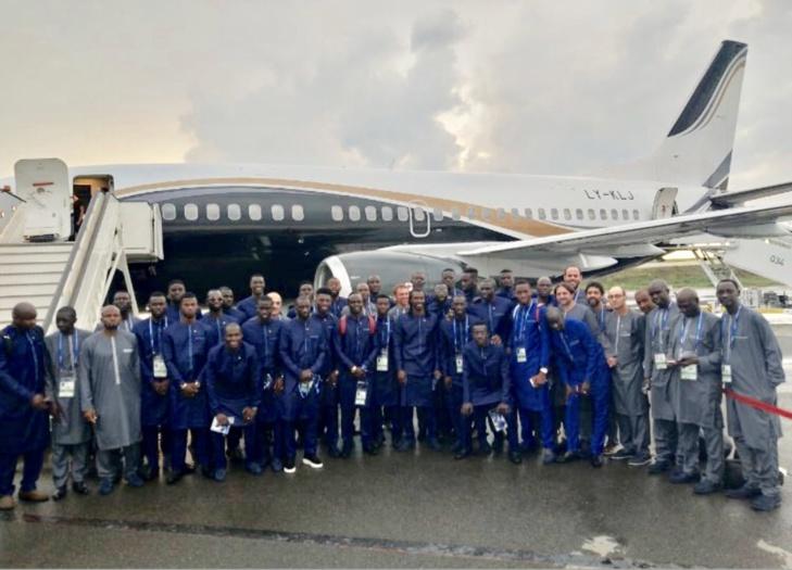 CM 2018 : Les Lions du Sénégal, en tenue traditionnelle, devant leur avion en partance pour la Russie
