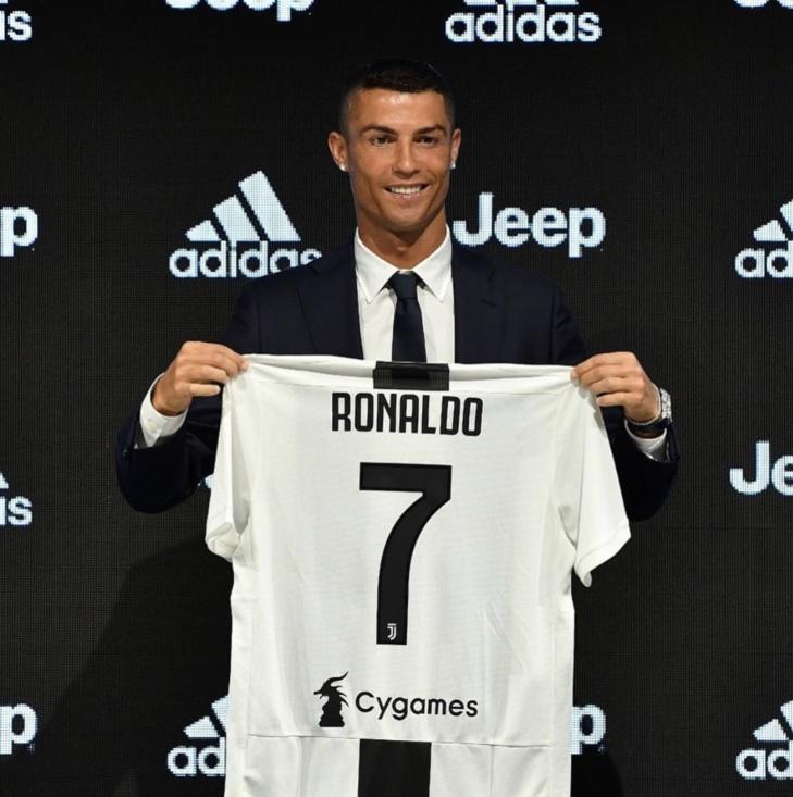 JUVENTUS : Ronaldo présente son nouveau maillot