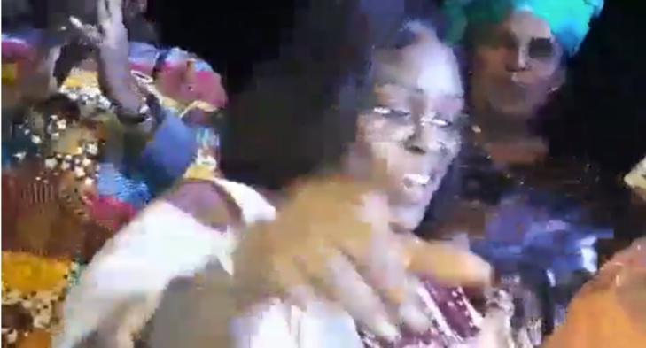 """Vidéo – Bùzz :Après le """"weundélou"""" de Macky Sall, voici le """"Mbarasse"""" de Marième Faye Sall aux parcelles assainies"""