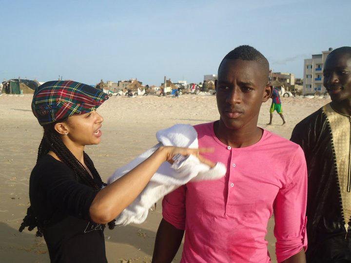 La femme de Waly Seck et son petit frère ALUNE  en plein discussion pour les réconcilier juste à la plage de BECAO