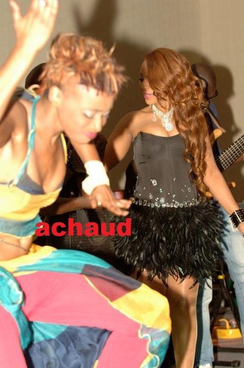 Viviane continue de séduire son publique Américain ,ici en compagnie de Kiné Gueye sa nouvelle danseuse lors d'une prestation à Atlanta.