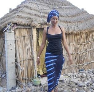La vidéo girl Khadija Diallo retourne au bercail ,ici en mode Peulh.