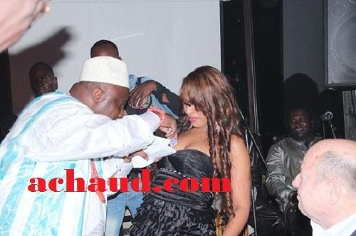 Quand Viviane offre ses seins à l'ex ministre Beninois pour des billets de 10 000F lors d'une soirée en live .