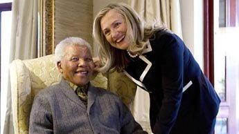 Nelson Mandela reçoit Hillary Clinton dans son village