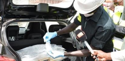 Cité Biagui : Un individu arrêté avec 19 sachets de cocaïne et des cartes bancaires (Douanes)