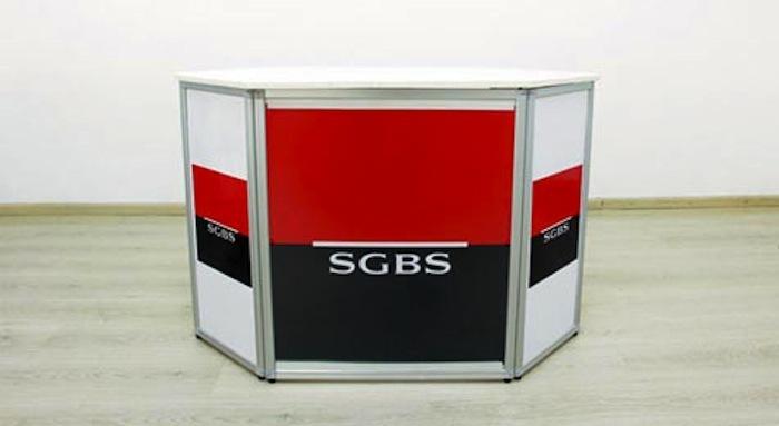 Alors qu'une partie de la direction fête les 50 ans de la SGBS, des employés arborent des brassards rouges, boudent la fête et se donnent RV vend