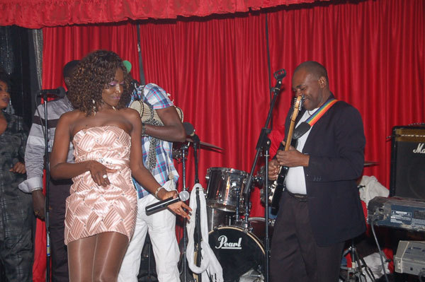 La diva africaine est ici en toute complicité avec son guitariste Théo