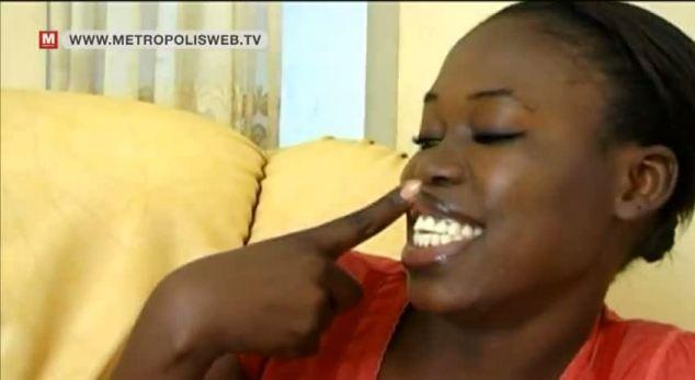 Au Sénégal, des femmes se noircissent les gencives pour un sourire radieux