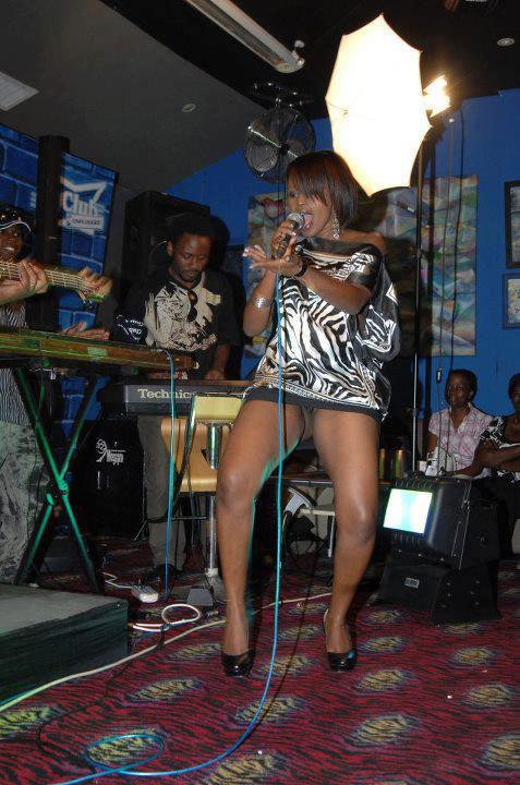Cette chanteuse ne porte pas de slip et crée un embouteillage à sa soirée !!!