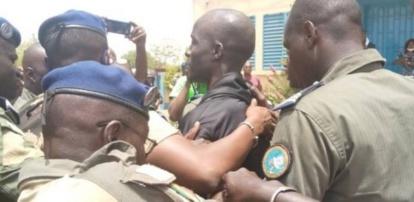 Boy Djinné arrêté à Missira: La vidéo de sa descente de la fourgonnette, ses premiers mots, son sourire en coin….