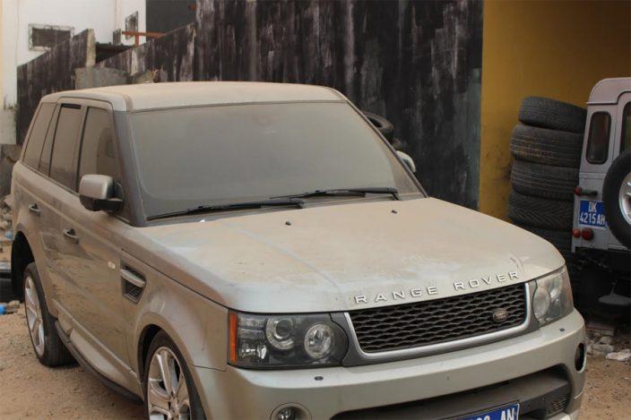 Dakar : un repère de voitures de luxe abandonnées…