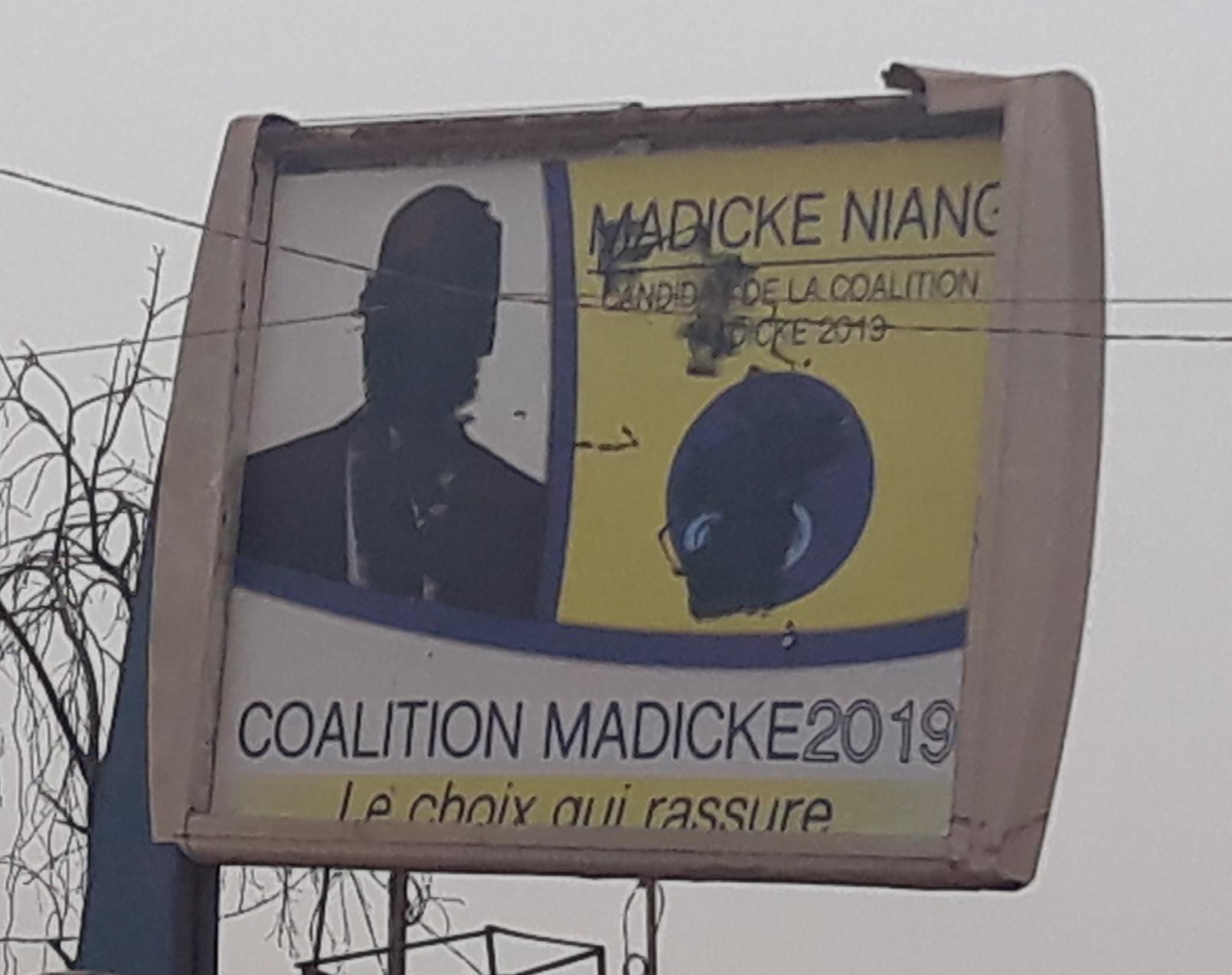 Une des rares affiches de Madické Niang sur la rue longeant les Parcelles Assainies Unité 25 et Grand Médine a été vandalisée