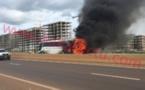 Vidéo: Un bus de transport malien prend feu sur l'autoroute à péage