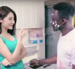 Pub-raciste: l'homme noir dans une machine à laver crée un tollé mondial
