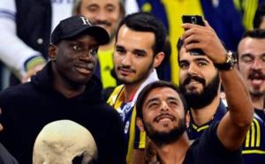 Photos - En rééducation, Demba Bâ réapparaît au stade pour regarder le match de son ami Moussa Sow à Fenerbahçe