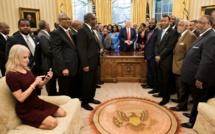 Tollé après la photo de la conseillère de Trump agenouillée sur un sofa