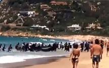 Vidéo-Espagne: Au milieu des vacanciers, des migrants débarquent sur une plage à bord d'un canot